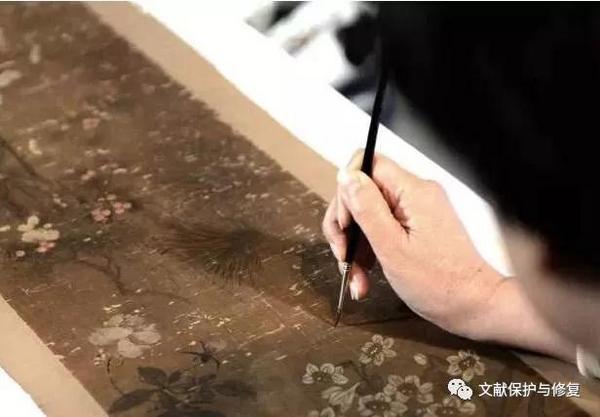 化腐朽为神奇的古旧书画修复