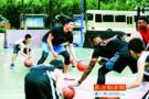 NBA双星现身广州校园 指导学生球员